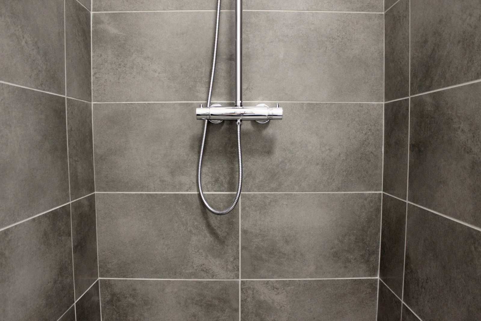 Få hjælp og rådgivning af os når du skal vælge den rigtige fliseløsning. Overflade, farver og kvalitet betyder utrolig meget for hvordan du oplever det færdige badeværelse. Rengøring og vedligehold er også vigtigt at tage stilling til.