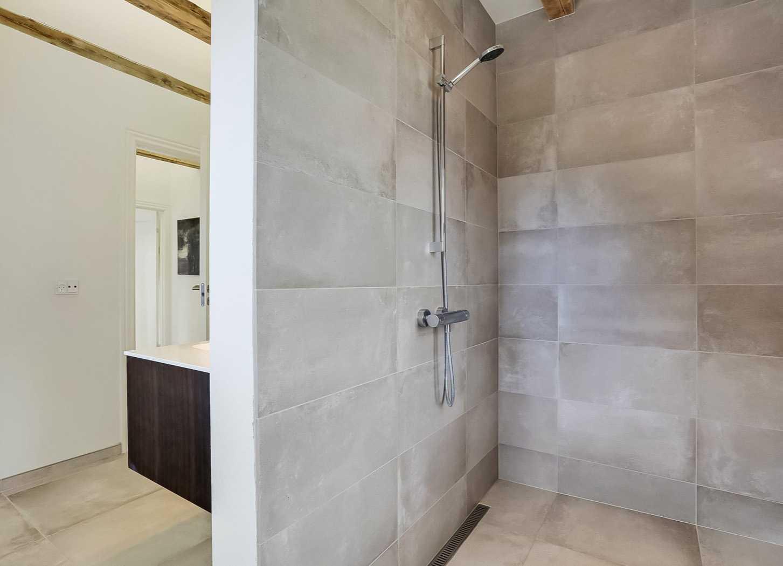 Lækkert baderum med nyt flisearbejde udført i gedigne materialer. En smuk og langtidsholdbar løsning.